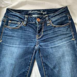 Ett par American Eagle jeans som är bootcut, har aldrig använt de eftersom de är för stora för mig. Passar folk i längden 160-167 ungefär
