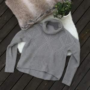 Supermysig stickad tröja i storlek xs men passar även S. Sparsamt använd så i mycket fint skick. Frakt ingår i priset.