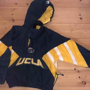 UCLA täckjacka, shippas från Köpenhamn till Sverige för 129 kr