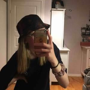 Skitball handgjord buckethat som jag sydde för någon vecka sedan. Blekt i coolaste spraymönstret och resten är svart vanligt tyg. Vita sömmar också. Finns såklart mindre skavanker på den eftersom den är handgjord men inget som man stör sig på.