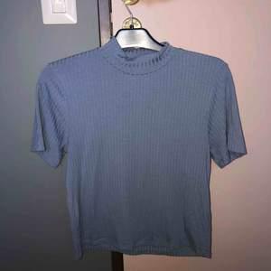 En blå oversize t-shirt från ginatricot. I storlek S men passar lika bra på en M  Frakt tillkommer 🚚  Buda!!