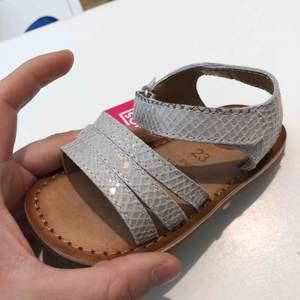 Helt nya skor stl 23