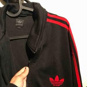 Adidas zip tröja. Kan mötas i Uppsala eller så betalar köparen frakten💕