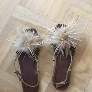 Ett par dina sandaler med fluff/fjädrar