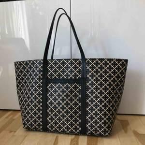 Stor Malene Birger väska. 34cm hög, 54cm bred. Nypris 2.800:-