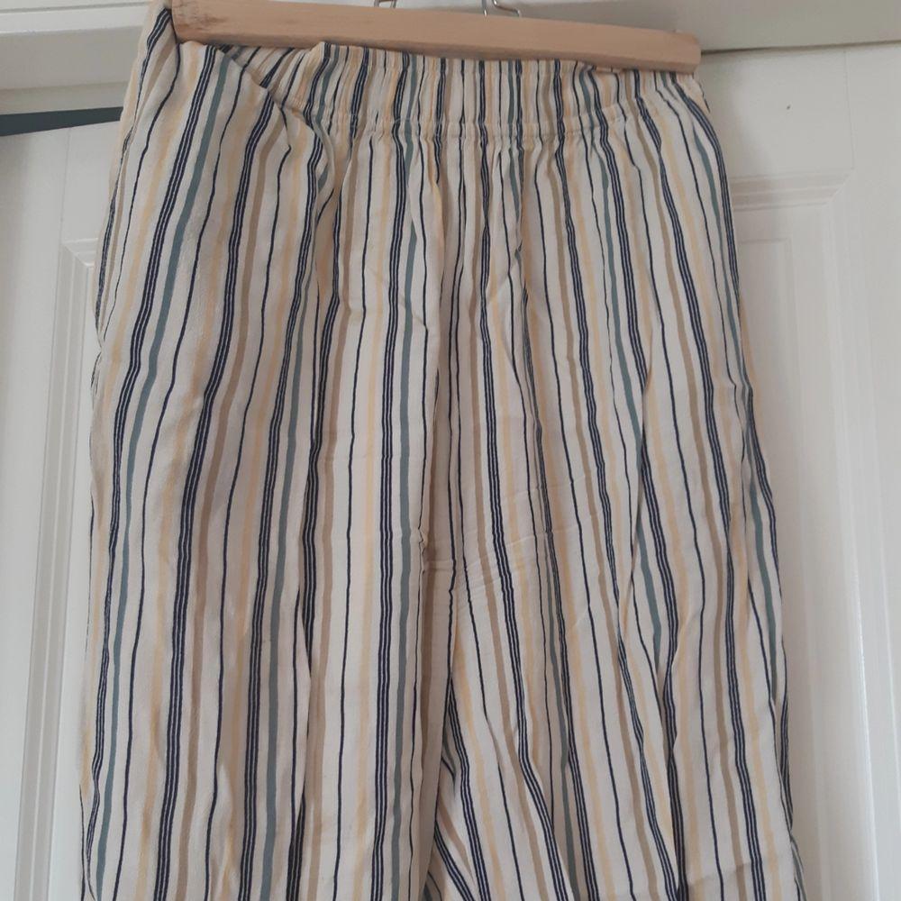Förlåt för skrynkligheten, äger inget strykjärn. Jättefina tunna och sköna byxor köpt på beyond retro. Jeans & Byxor.