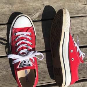 ÄKTA låga converse skor i storlek 39 dock så är de stora i storleken så skulle säga 39,5 / 40. Lite smutsiga men går att tvätta bort. Pris:200 då frakt är inkluderad❤️ Få rabatt om du köper mer från mig❤️