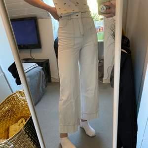 Ett par vita jeans från monki med mörkbruna sömmar. Sitter snyggt med tajt passform runt midjan. Jag är 171 cm lång