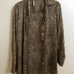 Säljer en satinkjorta i leopard mönster i stl M. På bild två har jag den på mig☺️