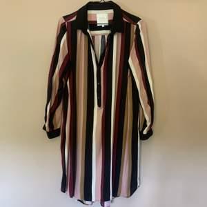 Randig klänning från Part Two i storlek 42, knappt använd. Kan skickas om köpare står för frakt! ✨