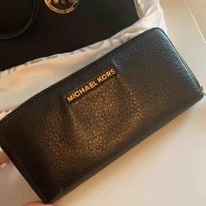 Jätte rymlig plånbok från MK. Kvitto finns med pris och allt. 200kr eller bud. Inköpt på raglady för 1395kr. Bra skick förutom en missfärgning på framsidan som syns i vissa ljus, därav det låga priset.