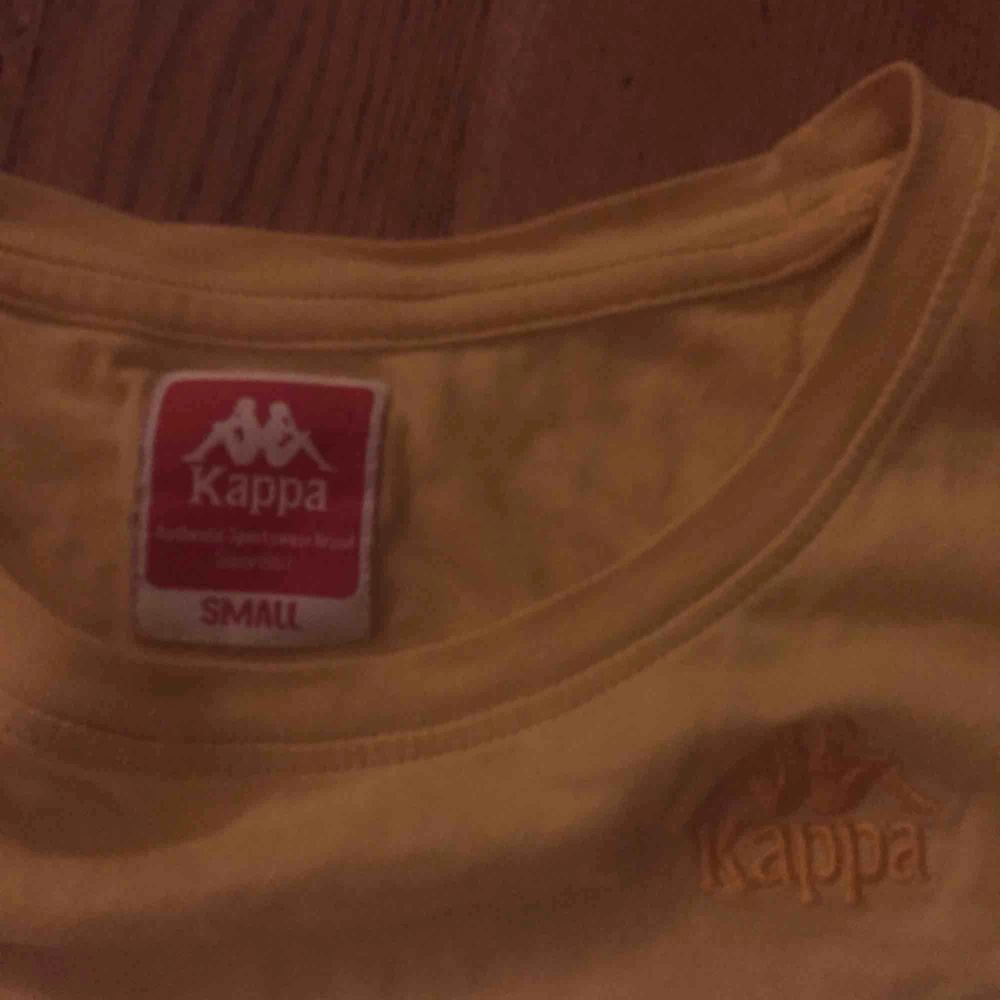 Mörkgul kappa-tshirt med superbra passform. T-shirts.