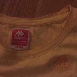 Mörkgul kappa-tshirt med superbra passform