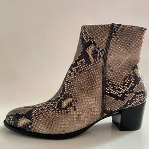 Ecco läderstövletter storlek 40, 6cm skön klack. Endast använda vid ett tillfälle. Meddela för fraktkostnad, fler bilder, mått eller övriga frågor. Kan även mötas upp centralt i Stockholm🤩