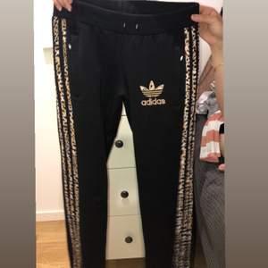 Adrig använd Adidas byxor med kamouflage sträck. Frakten står ni för (63kr)