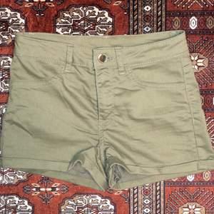 Ett par gröna shorts i storlek 34...⚡️  Kolla gärna in resten i min profil 🌎 Pris går att diskuteras!  Köpare står för frakt  📦 (44kr) totalt- 74kr