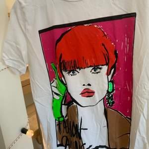 Vit T-shirt med fint färgglatt tryck från Zara. Köpt 2019. Storlek M. Fint skick, knappt använd.