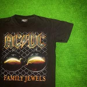 Säljer nu min vintage ACDC tröja. Skit snyggt family jewels tryck där fram och ACDC text där bak. Den är i mycket bra skick. Kom gärna med bud är öppen för allt! Rensar ut! 😊