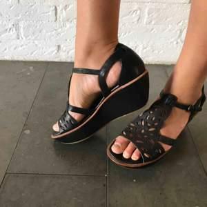 Jättefina sandaler i skin som är knappt använda.
