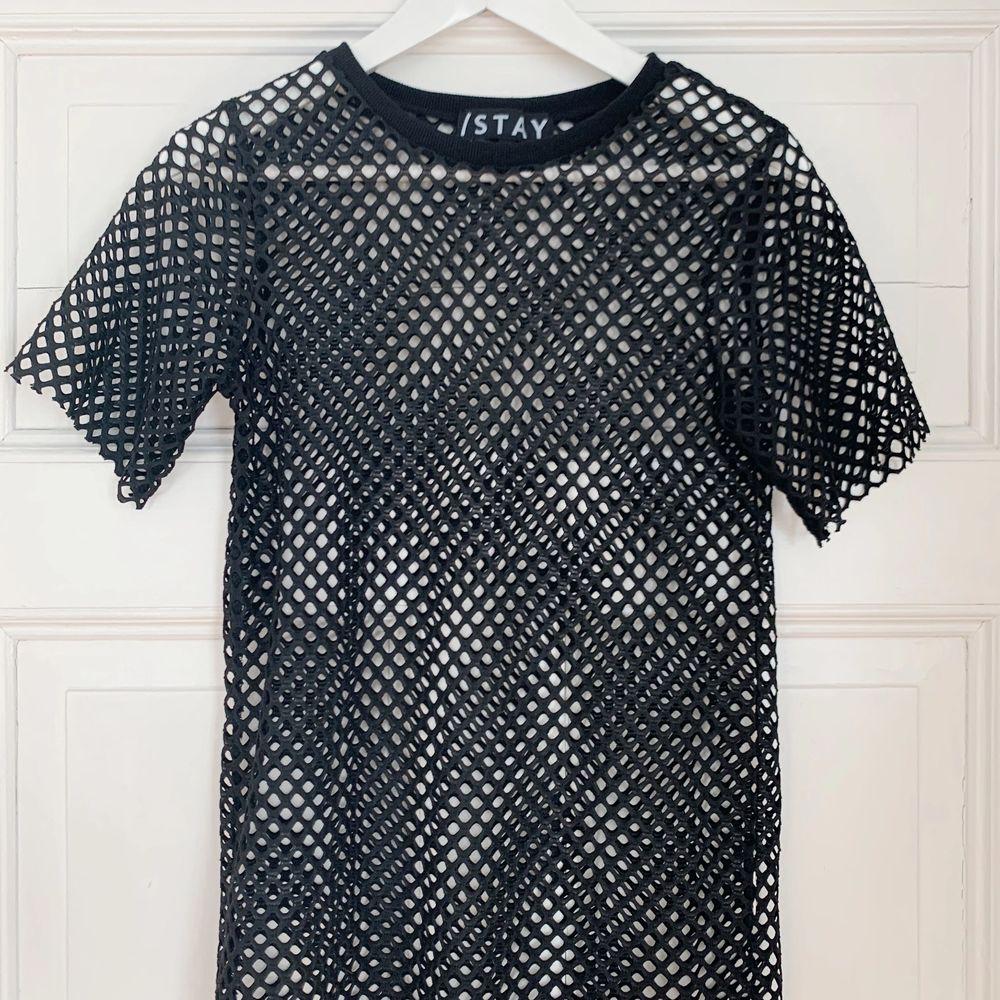 En svart ball nät t-shirt från Carlings. Köparen står för eventuell frakt📦. T-shirts.