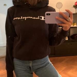 En svart hoodie från Champion🖤 Den kommer tyvärr inte så mycket till användning därför jag säljer✨Skriv om ni vill ha fler bilder. Frakt på 66kr tillkommer( BUD PÅ 205kr)