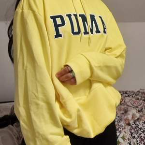 Säljer denna supermysiga hoodie från Puma 💕 Färgen är en stark gul färg, nästan som en dämpad neon (syns it så bra på bilderna) Är i storlek M I herr, tyvärr fööör stor för mig, därför säljs den 😔 Annars perfekt, skicket är 10/10 😊 PM för mer info ⚡