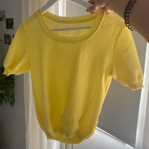 Säljer denna skit coola gula stickade T-shirten köpt på pop boutique. Säljer då den inte kommer till lika mycket användning längre. Skriv vid intresse! frakt tillkommer:)
