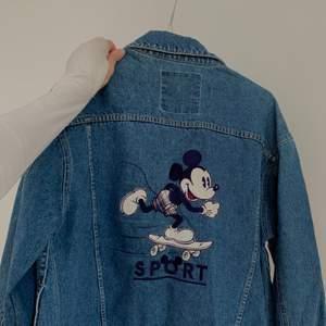 Rare vintage jeansjacka från Donaldson The Walt Disney Company säljes. Aldrig använd. 500kr exkl. frakt<3