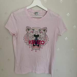 En äkta kenzo t-shirt i rosa.                                                         En fin kenzo t-shirt som är använd fåtal gånger alltså i väldigt bra skick.