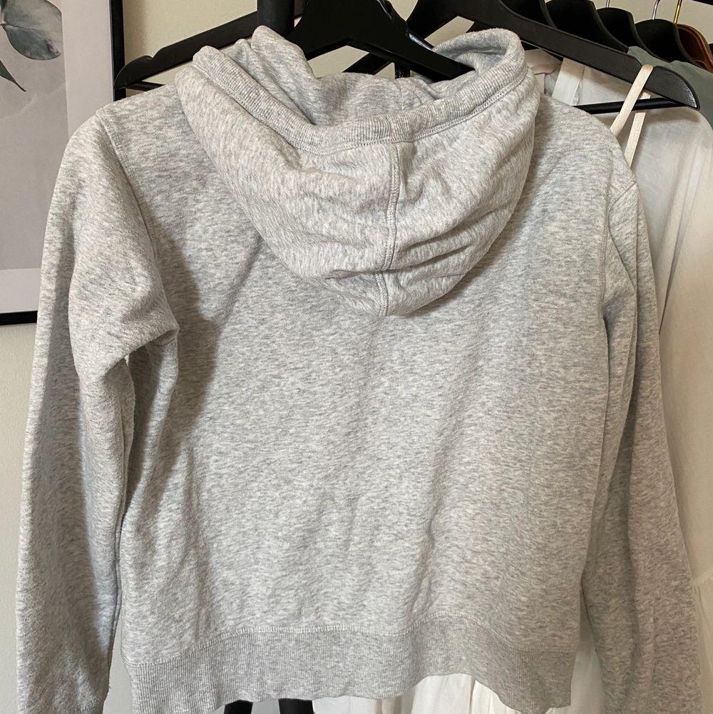 Snygg hoodie ifrån h&m i storlek XS, passar även S. Säljer då den inte kommer till användning. Säljer för 145kr, frakt tillkommer . Huvtröjor & Träningströjor.