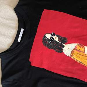 T-shirt från Zara med coolt tryck! Aldrig använd! Passar perfekt för mig som är strl M! Hör gärna av dig om du är intresserad! Budgivning om fler är intresserade!