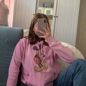 Säljer denna rosa mussepigg hoodien från H&M! Säljer för 100! Börja buda! Köparen betalar för frakten!