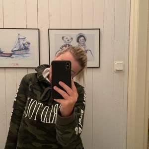 En supersnygg hoodie från ginatricot. Nästan som ny använd 2-3 gånger. Frakt tillkommer!!
