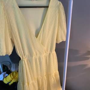 Gul, oanvänd klänning från Nelly i str 40. Den är dock justerbar i midjan så passar i princip alla storlekar beroende på hur man vill att den sitter.