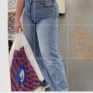 Ett par sjukt snygga raka långa jeans från lindex🤩🤩 dock kommer dom inte till användning hos mig då jag har föör många raka långa jeans! Frakt tillkommer 💗🥺
