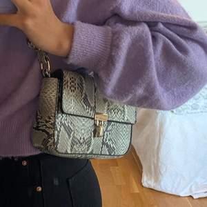 Jätte fin väska endast använd 1 gång så den är som ny. Banden är justrerbara så man kan använda den som både en kort axelväska eller en lång crossbodyväska. Buda i kommentarerna, betalning sker via Swish