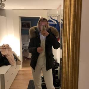 Säljer denna vinterjacka från hollies som jag köpte förra vintern men kom aldrig till andväning. Ny pris 4 995kr! Skick som en ny jacka. Äkta päls!! 💗💗 köpare står för frakt!!