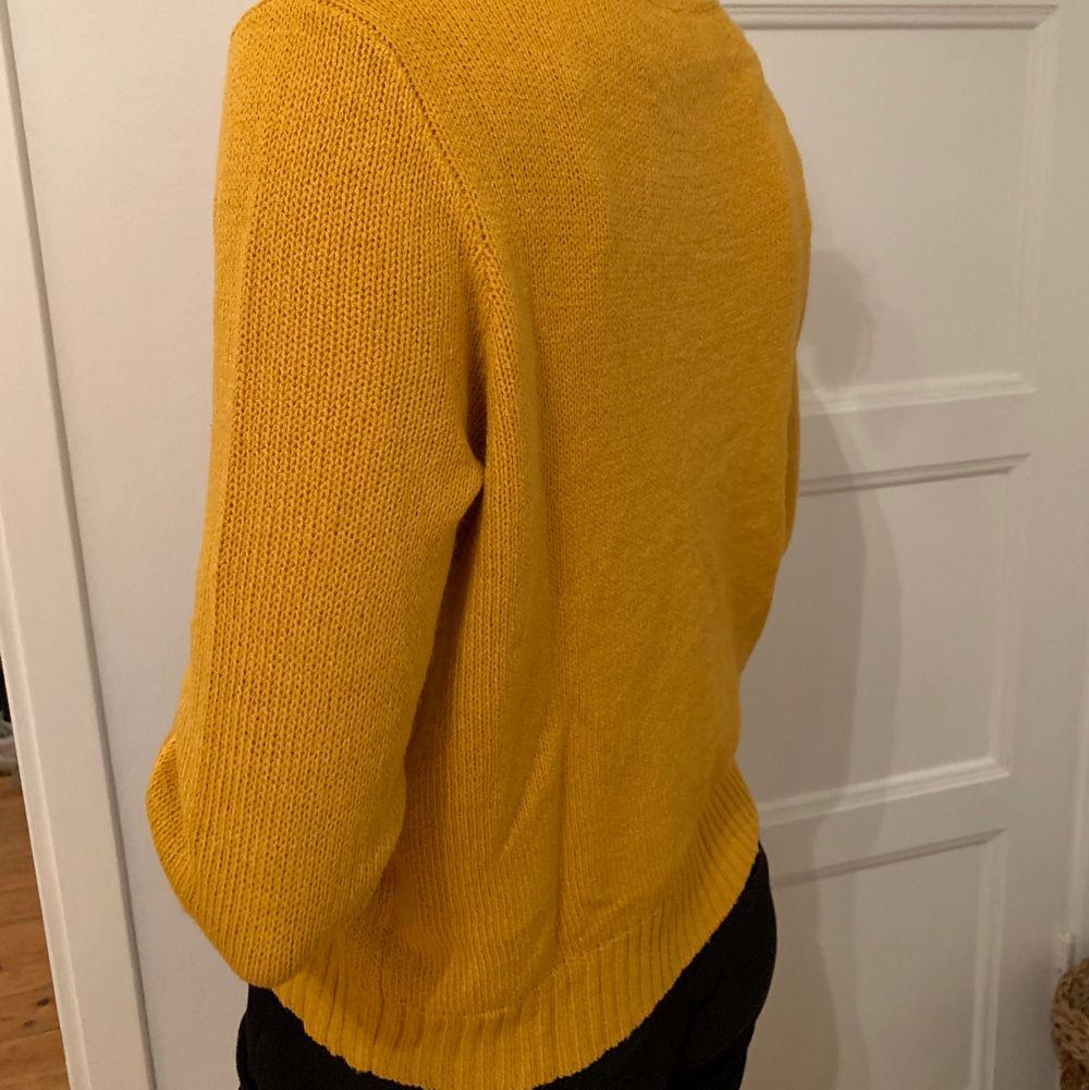 Gul stickad tröja i storlek S. Använd ett fåtal gånger. . Stickat.