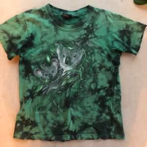 Gullig grön tiedye T-shirt med koalor. Barnstorlek men passar en xs/s