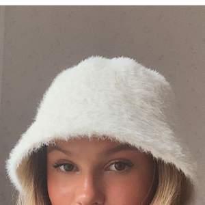 bucket hat från weekday, knappt använd