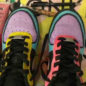 Säljer min Nike airforce skor som jag målar själv. Vet inte hur bra färgen håller. Frakt tillkommer