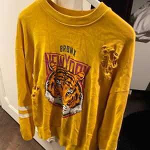 Gul collage tröja med slitningar! Fint skick! Frakt tillkommer💛