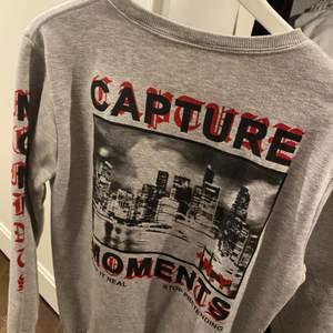 Grå collage tröja, använd några gånger! Köpt på herravdelningen. Frakt tillkommer 🤍