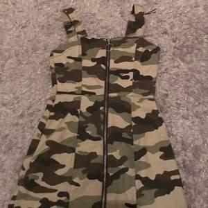 Jeans klänning med militär mönster sitter så fint och är lätt och matcha till andra outfits. Det är förlusten annars älskar jag den