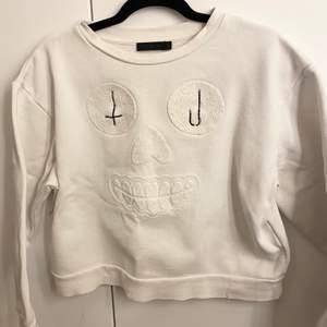 "Vit unik sweatshirt med ""tryck"" av tyg på. Inga deffekter på plagget. Frakt ingår i priset💕"