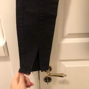 Svarta jeans med slits från NAKD i strl 32. Superfina men för små för mig. Säljs nu för 80kr+frakt💕