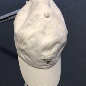 Den vita kepsen är ny och använd fåtal gånger samma med Ralph Lauren kepsen, den marinblå kepsen är mer använd, säljer alla för 150kr