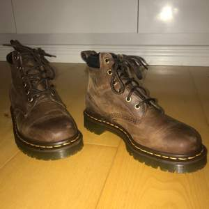 Asballa bruna Dr. Martens boots, ger lite trekking skor vibes. Storlek 38. Buda gärna i kommentarerna eller privatt chatt✨