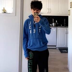 Fett skön blå hoodie som är blå med blå färg. Nejmen den e från hollister köp den