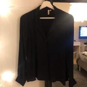 Frakt ingår! 🖤 jättefin svart skjorta från Nelly, helt oanvänd!